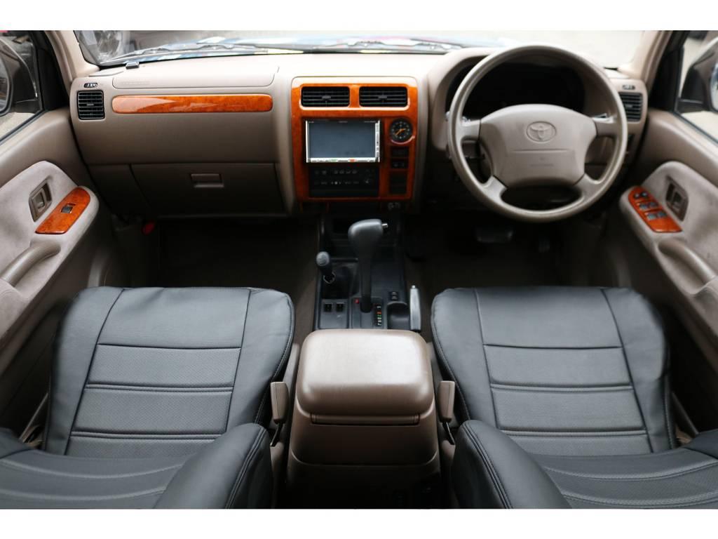ベージュ内装の車内に社外ブラックレザー調のシートカバーで高級感のある内装に!