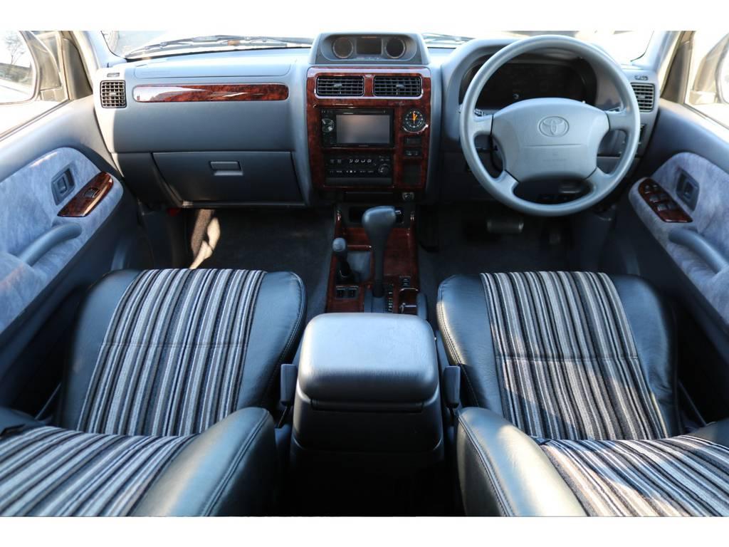 グレー内装の車内にFLEXオリジナルレザー調のシートカバーで高級感のある内装に!