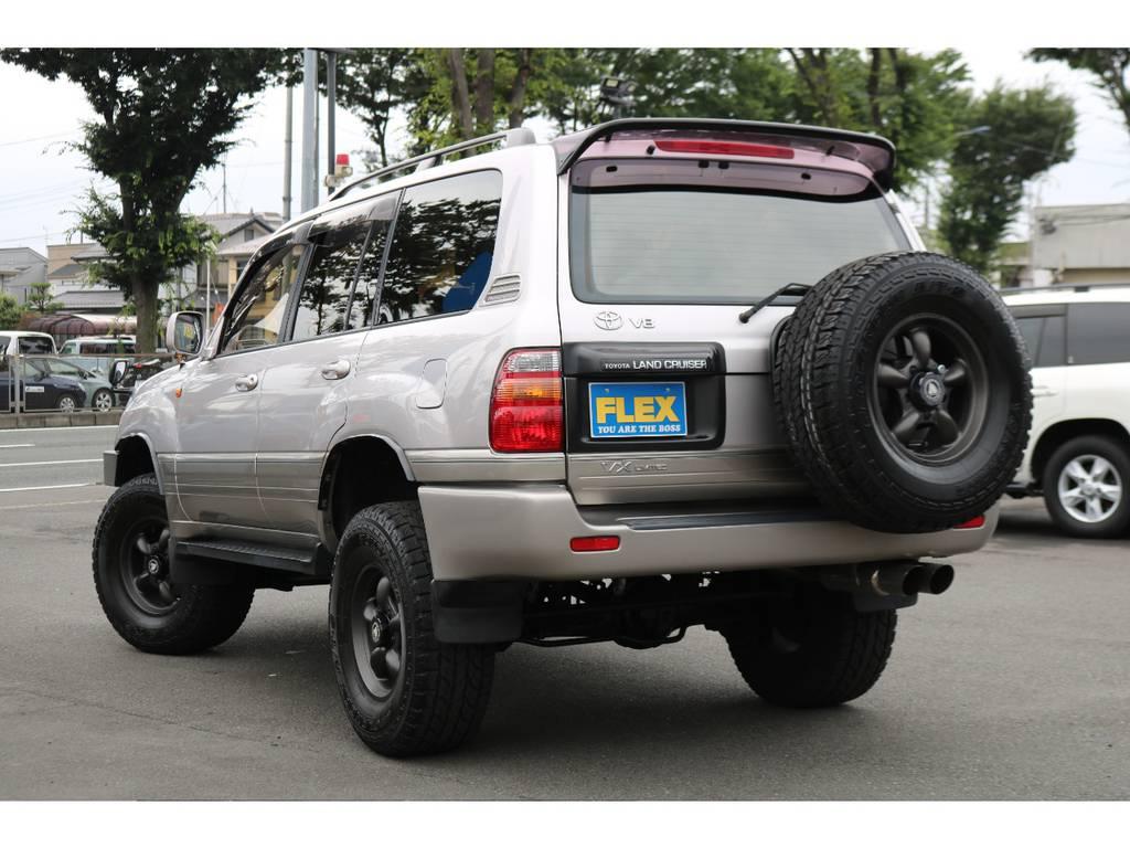 迫力のあるリアビュー背面タイヤが四駆らしいしタイルを持たせていますね!