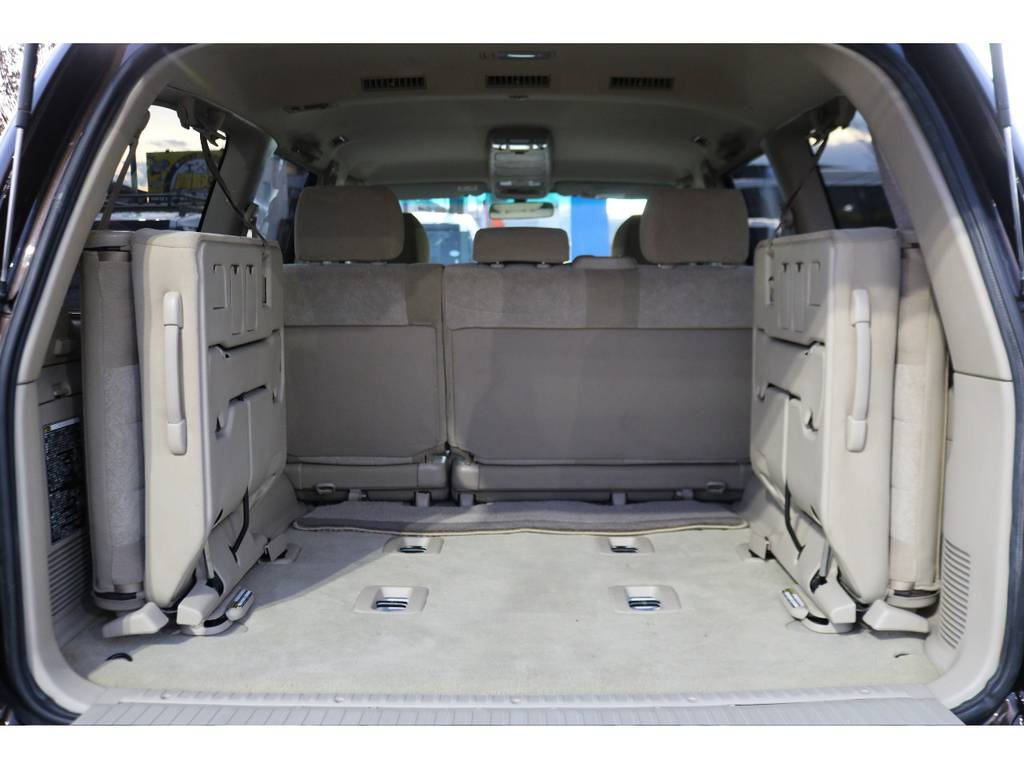 いざと言う時に役に立つサードシートあります!使わない際には、折りたため、荷室も確保できますので便利です!