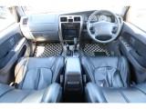 グレーカラーの内装にブラックレザー調シートカバーが装着されております!状態も良好です!