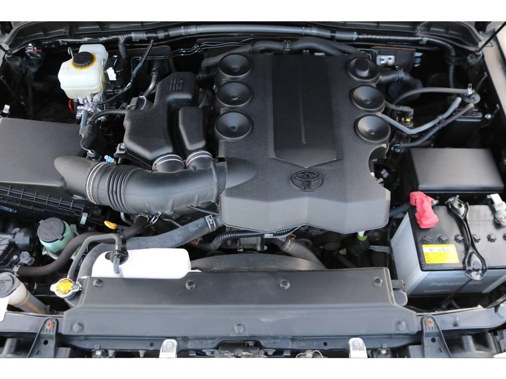 キレイに保たれているエンジンルーム!V6・4000ccの1GRエンジンは、見た目と反したパワフルな走りが特徴です!