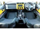 カラーPKGの車内!本革巻きステアリング、シフトノブ&トランスファーがメタル加飾!クルーズコントロール標準装備!ドアパネルがボディー同色になります!