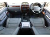 グレーカラー内装に新品のブラックレザー調シートカバーを装着!落ち着きのあるインテリア、そしてウッドパネルとの組み合わせで上品な印象!