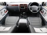 グレー内装の車内にシートカバーと内張りを張り替えてよりおしゃれな印象に!
