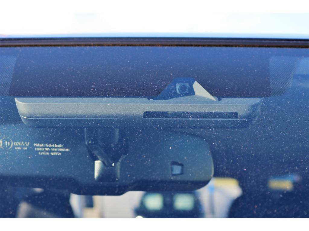 フロント上部、ルームミラー裏のの単眼カメラがセーフティセンス付きの目印です!