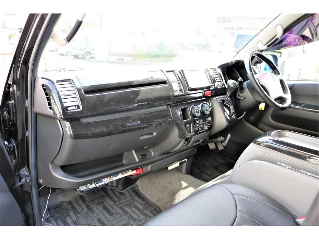 2型のダサいパネルは黒木目調インテリアパネルでカバー! | トヨタ レジアスエース 2.0 スーパーGL ロングボディ 2型