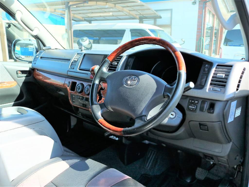 ステアリングも茶木目調で全体的に統一感のあるインテリアとなっております! | トヨタ ハイエースバン 2.0 スーパーGL ロング 2型 低走行!