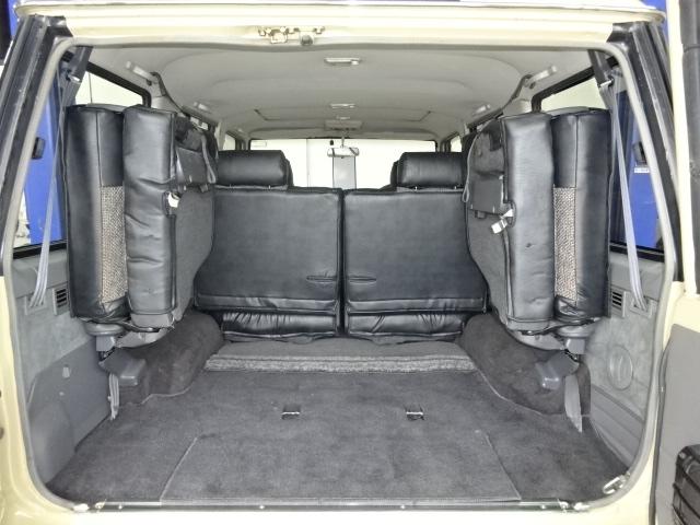 三列目のシートを跳ね上げればご覧の通り、荷物も沢山入れる事が出来ますね!! | トヨタ ランドクルーザープラド 3.0 EXワイド ディーゼルターボ 4WD 走行13万km  ベージュNEWペイント