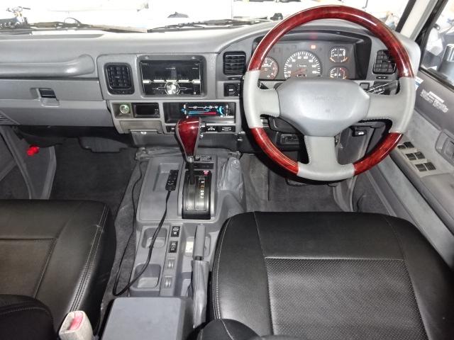 グレー内装でシックな印象を受けます。   トヨタ ランドクルーザープラド 3.0 EXワイド ディーゼルターボ 4WD ブラックオールP