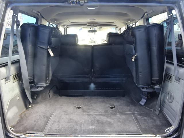 3列目シートを跳ね上げれば広い荷室が確保出来ます。   トヨタ ランドクルーザープラド 3.0 EXワイド ディーゼルターボ 4WD ブラックオールP