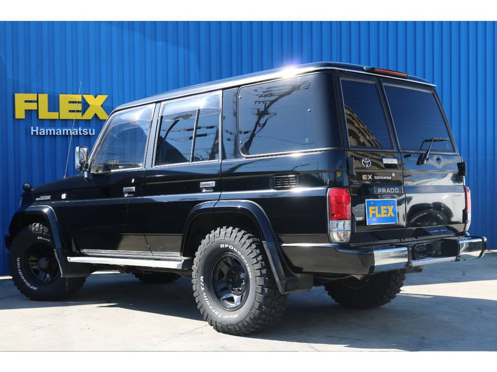 ボディ色は定番のブラック。   トヨタ ランドクルーザープラド 3.0 EXワイド ディーゼルターボ 4WD ブラックオールP