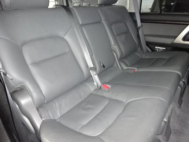 セカンドシートも大人がゆったりと座る事が出来ます! | トヨタ ランドクルーザー200 4.6 AX Gセレクション 4WD 純正マルチ 革シート