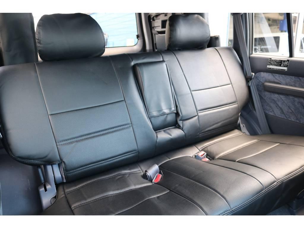 リアシートにもブラックシートカバーを装備。2列目もリクライニング可能ですので、快適に乗車することができます!