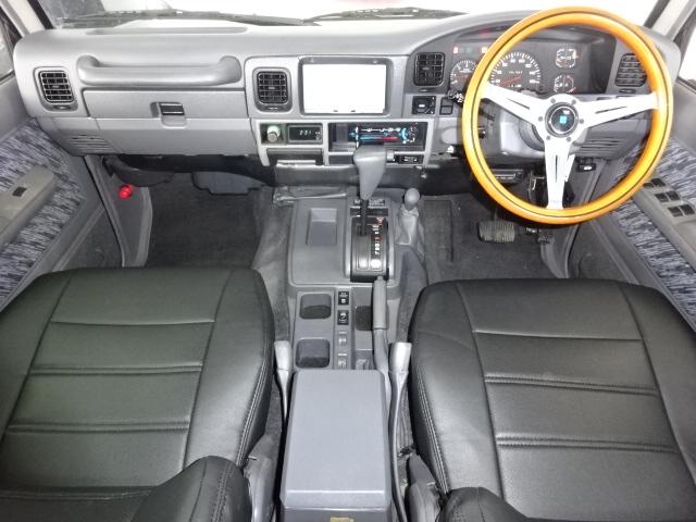 ナルディのハンドルがクラシカルな印象です。 | トヨタ ランドクルーザープラド 3.0 SXワイド ディーゼルターボ 4WD ブラックオールP 新品2インチリフトUP