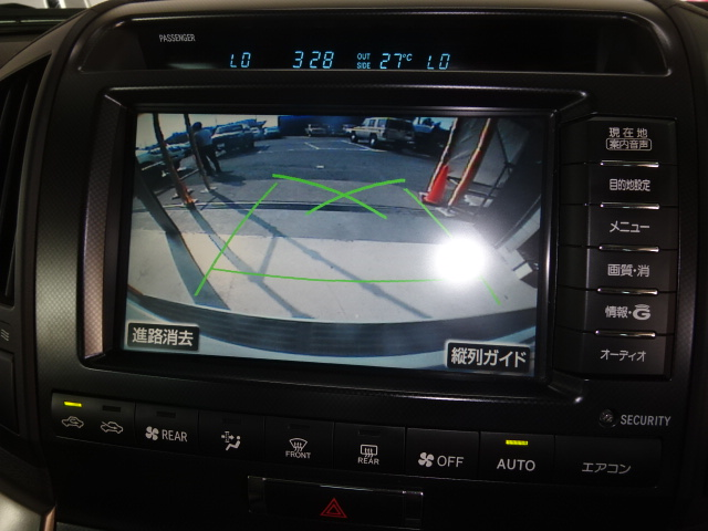 バックカメラ付きで駐車も安心です。