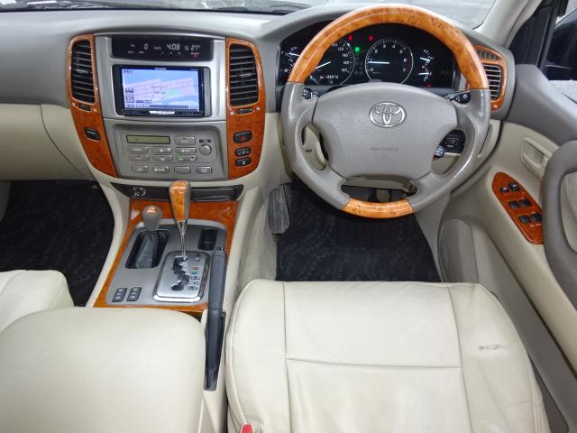 運転席回りのウッドパネルが高級感を高めてくれますね。ハンドル交換等もお気軽にお申し付け下さい!