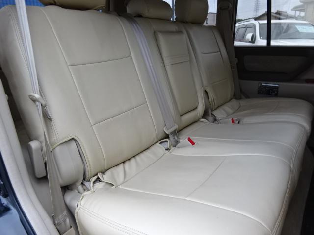 大人が乗ってもゆったりのセカンドシート!折り畳んでフラットな空間を作る事も可能です!
