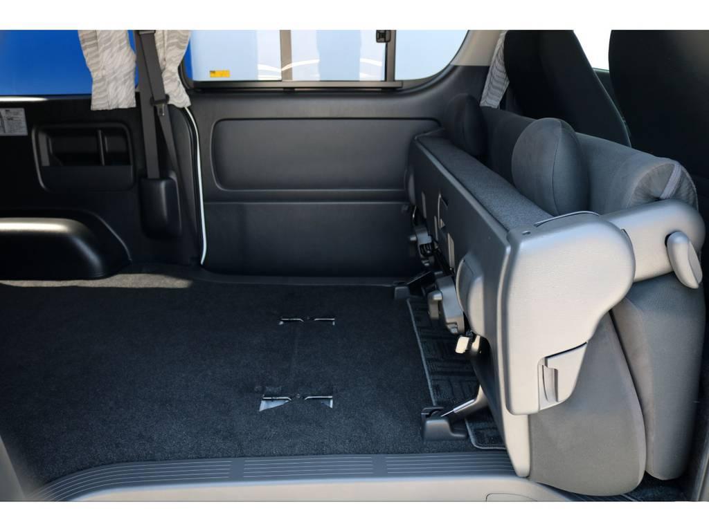 セカンドシートは跳ね上げが可能!! | トヨタ レジアスエース 3.0 スーパーGL プライムセレクション ロングボディ ディーゼルターボ 4WD