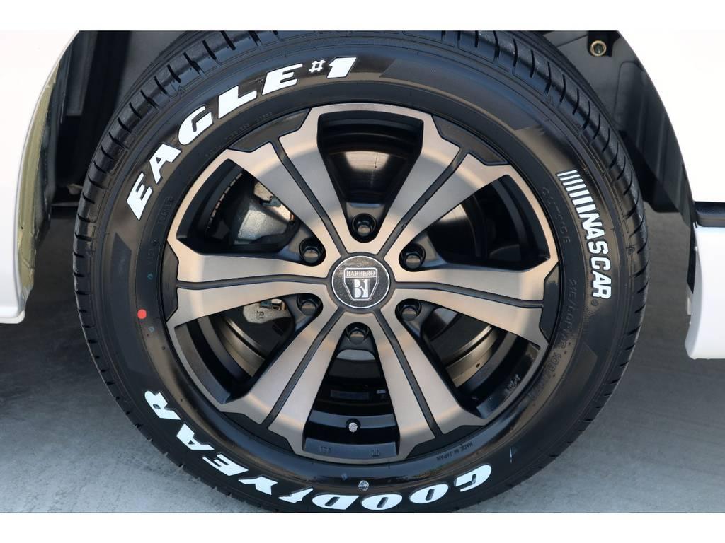 足元にはFLEXオリジナルカラー バルベロUG 17インチアルミにナスカー ホワイトレタータイヤをチョイス!! | トヨタ レジアスエース 3.0 スーパーGL プライムセレクション ロングボディ ディーゼルターボ 4WD