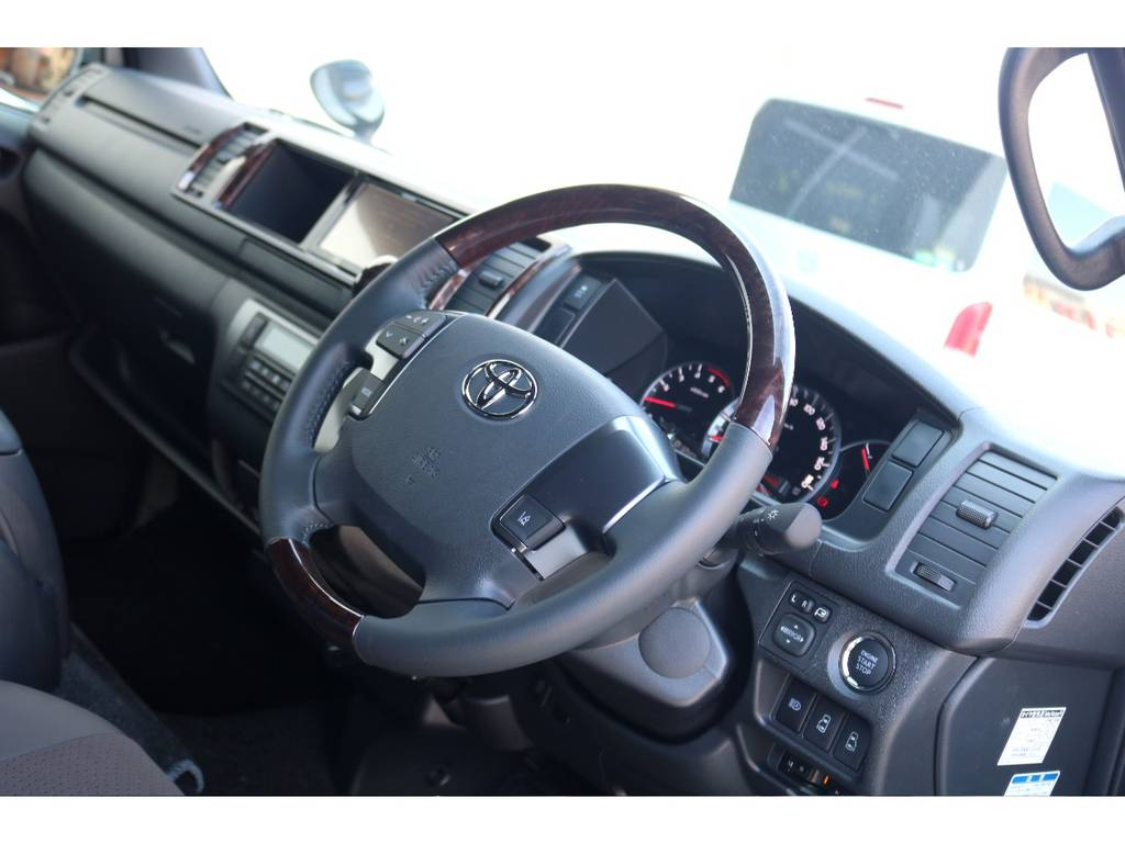 ステアリングも特別仕様です!! | トヨタ ハイエースバン 2.7 スーパーGL 50THアニバーサリー リミテッド ワイド ミドルルーフ ロングボディ4WD ベッドキットPKG