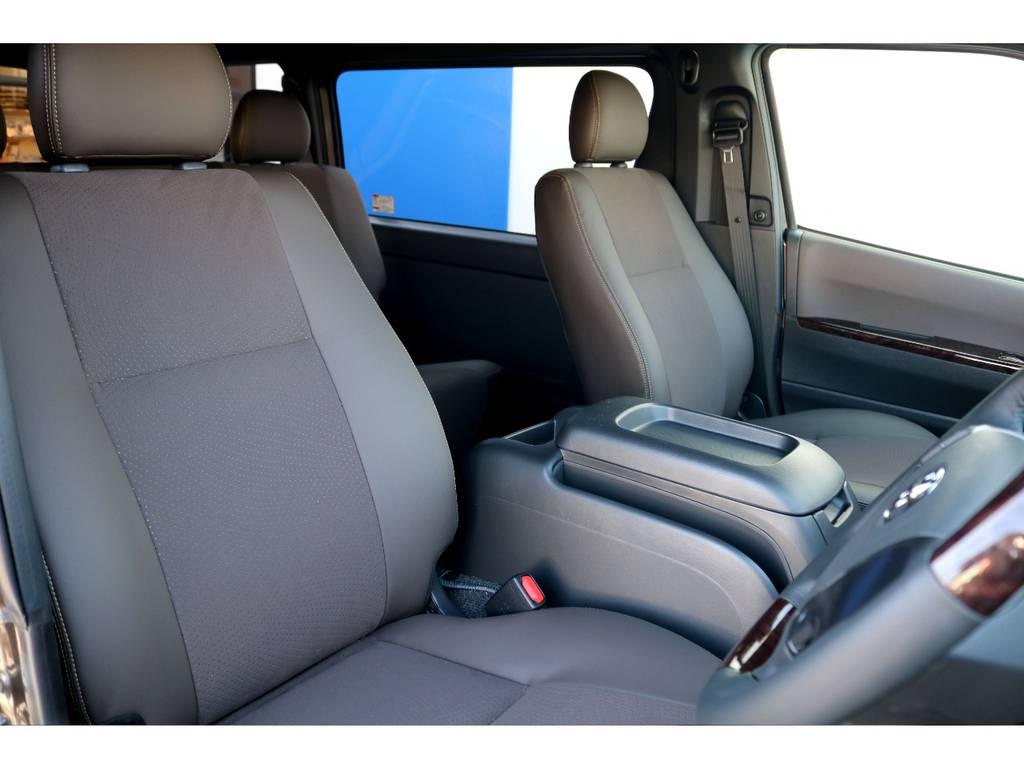 シートは50THアニバーサリーリミテッド専用のブラウンハーフレザー!! | トヨタ ハイエースバン 2.7 スーパーGL 50THアニバーサリー リミテッド ワイド ミドルルーフ ロングボディ4WD ベッドキットPKG