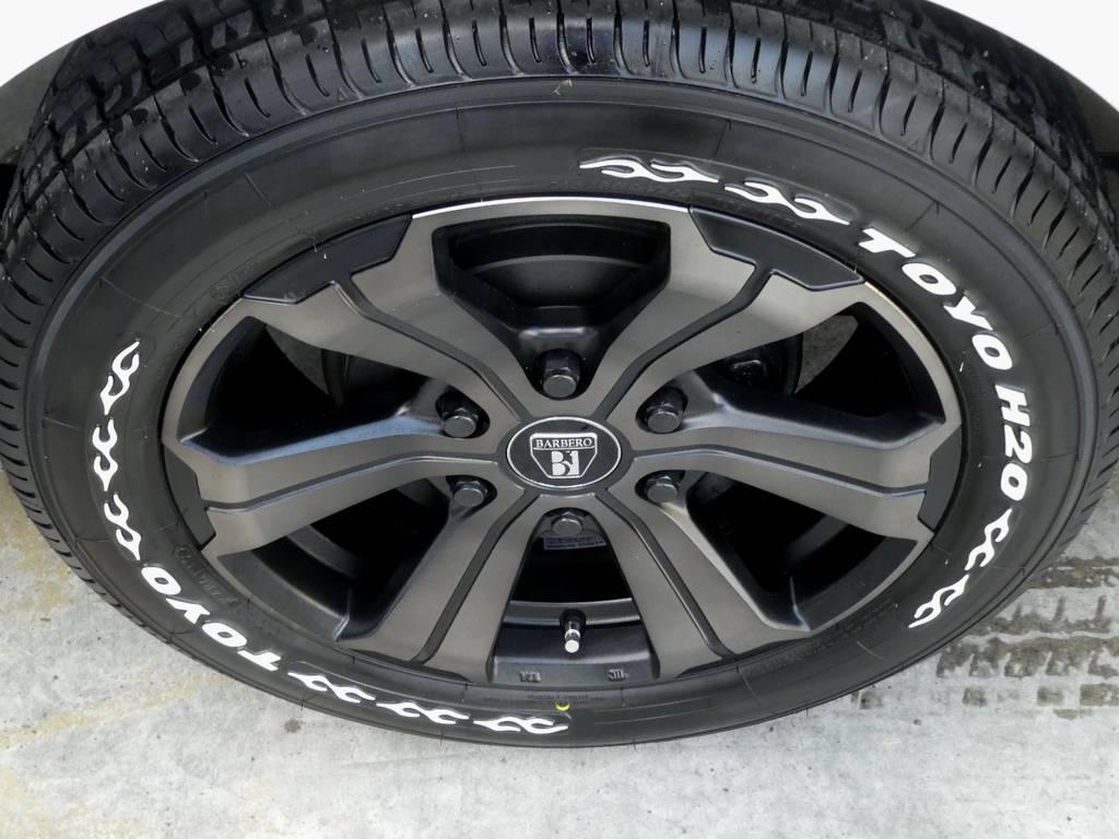 足元にはFLEXオリジナルカラー バルベロUG17インチアルミにTOYO H20タイヤをチョイス!!