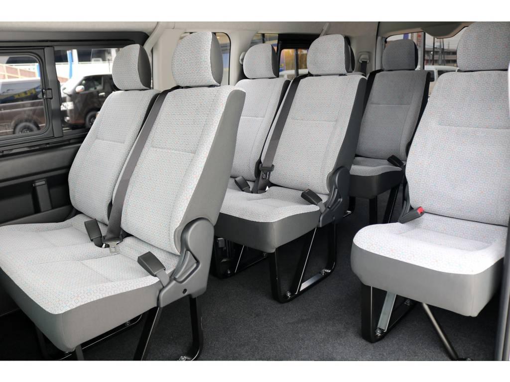 中央部のウォークスルーは使い勝手が良く、後部座席への移動も楽々行うことができます♪ラゲッジスペースも大きく、大荷物+大人数のお出掛けに困らない1台です! | トヨタ ハイエースコミューター 2.8 GL ディーゼルターボ