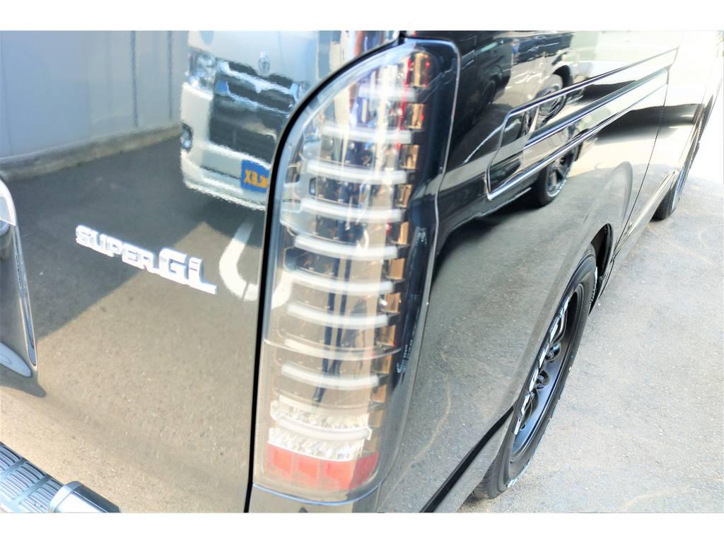 ヴァレンティ LEDテールを装着済♪並列のLEDチューブは珍しく、インナーブラックが車体と良く似合います♪