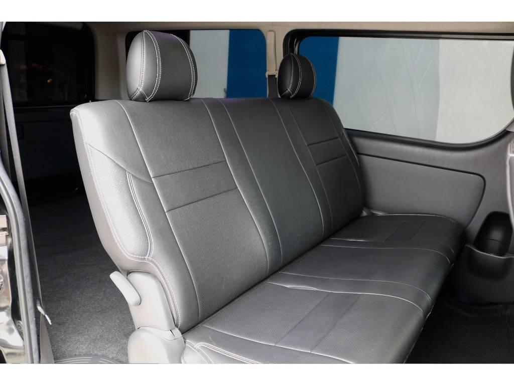 大きな背もたれとクッション性の高いセカンドシートは、ハイエースにはかかせません!3名乗車でも広々とご使用頂けるので、快適なドライブが可能です♪