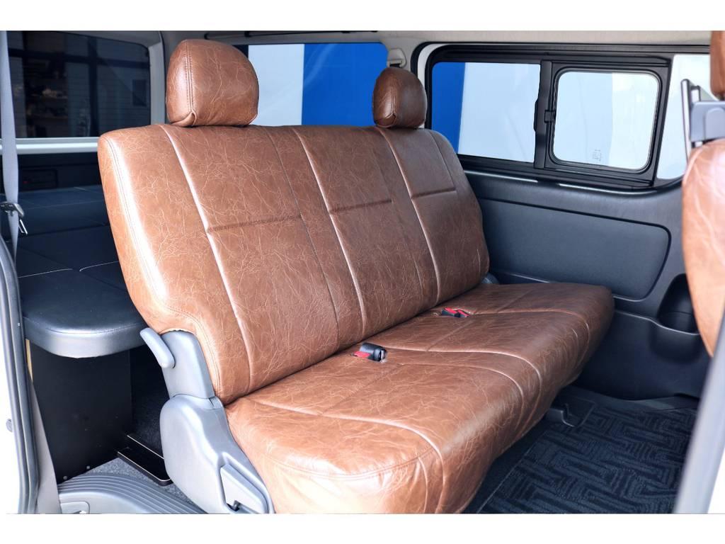 足元も広々と使えるセカンドシート!3人掛けでも、ゆったりとご乗車いただけます!