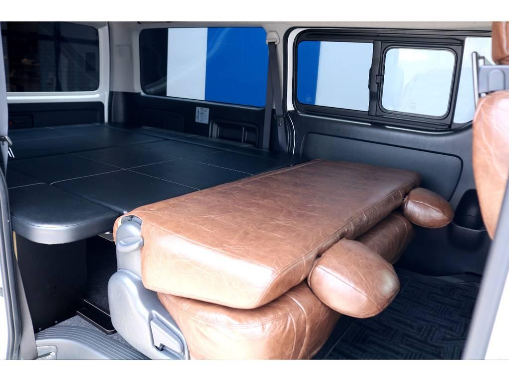 セカンドシートは折りたたむ事が出来るので、車中泊やキャンプの際は大活躍間違いありません!