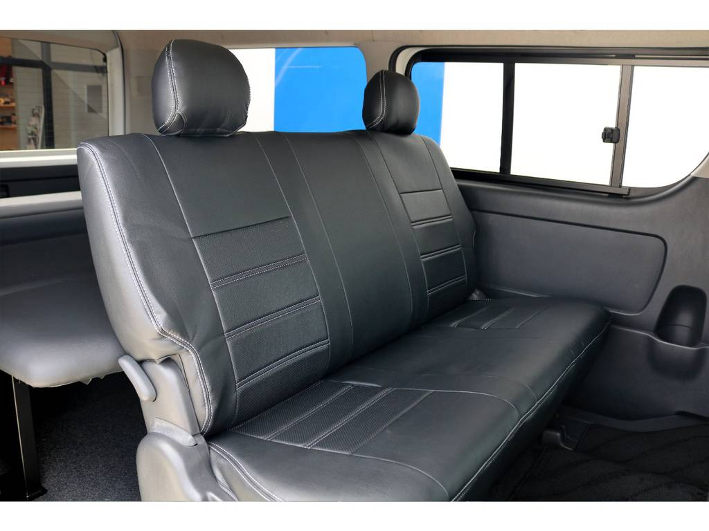 セカンドシートもシートカバーを取付済です!背もたれが大きくクッション性も高いので、3名でのご乗車も楽々行えます♪ | トヨタ ハイエースバン 3.0 スーパーGL ワイド ロング ミドルルーフ ディーゼルターボ