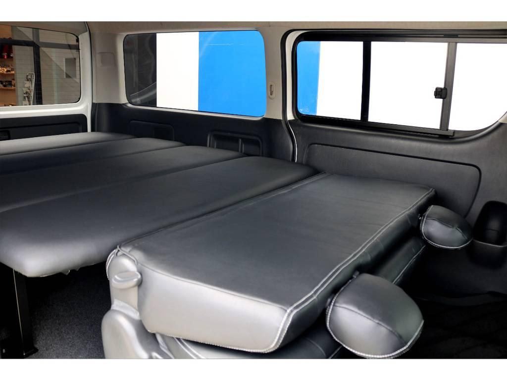 セカンドシートを折りたたむと、全長2mを超える寝台の完成です。寝袋を1積み込み頂ければ、快適な車旅も可能です♪ | トヨタ ハイエースバン 3.0 スーパーGL ワイド ロング ミドルルーフ ディーゼルターボ