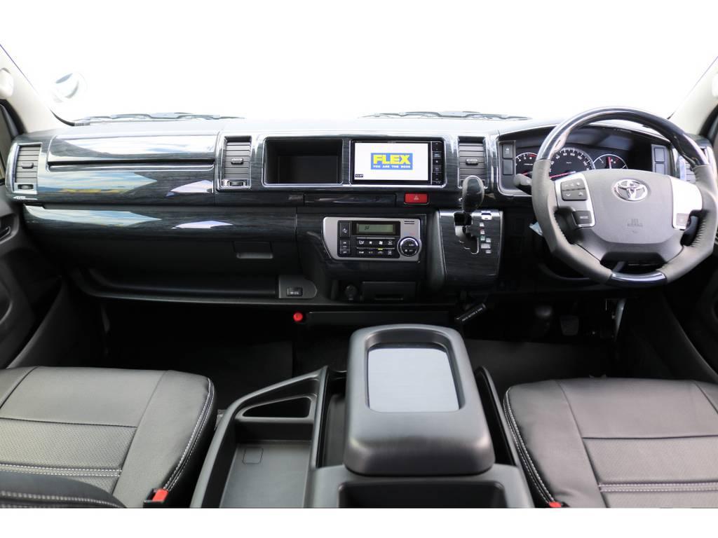 インテリアパネルやシートカバーで装飾され、高級感のある車内です♪