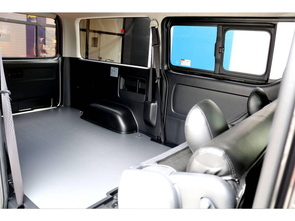 セカンドシートを跳ね上げれば広い荷室を更に広く使えます!!