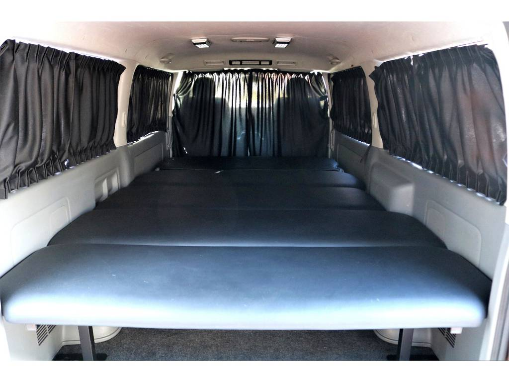 ベッドキット、カーテンを装備しており、車中泊もOK!!
