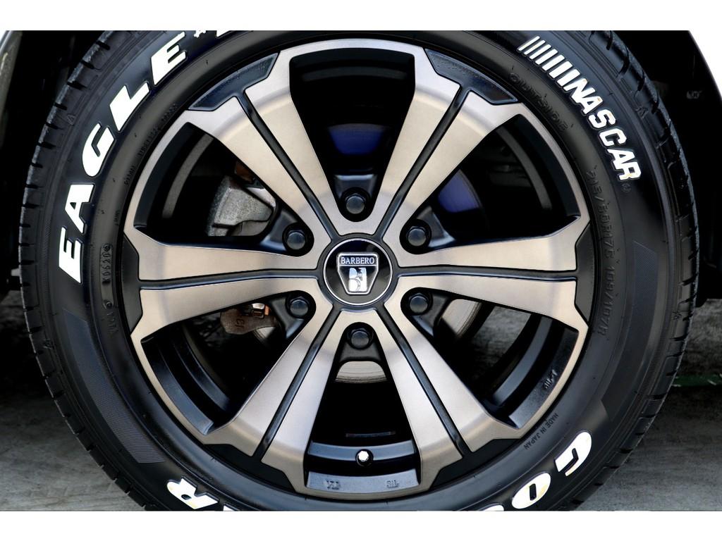 足元にはFLEXオリジナル バルベロUG 17インチホイールにナスカー ホワイトレタータイヤをチョイス!!
