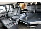 車中泊には便利なテーブル&ベッドを搭載!!