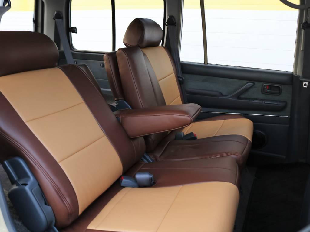 後席にもキャメルシートカバー装着済みです♪後席は左右分割してリクライニングが可能で、左右各席にアームレストも備わります♪ | トヨタ ランドクルーザー80 4.5 VXリミテッド 4WD FLEX Renoca