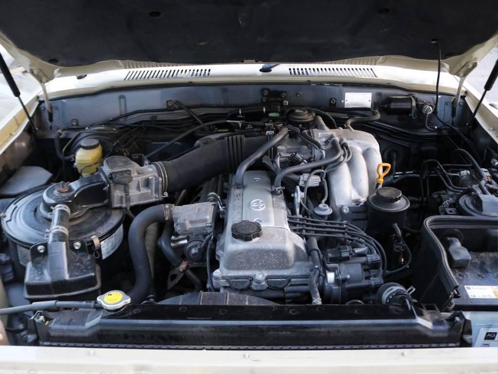 決して軽くはないボディをグイグイ引っ張る大トルクの1FZエンジン!チェーン式駆動のため、タイミングベルト交換不要でまだまだ現役ですよ! | トヨタ ランドクルーザー80 4.5 VXリミテッド 4WD FLEX Renoca