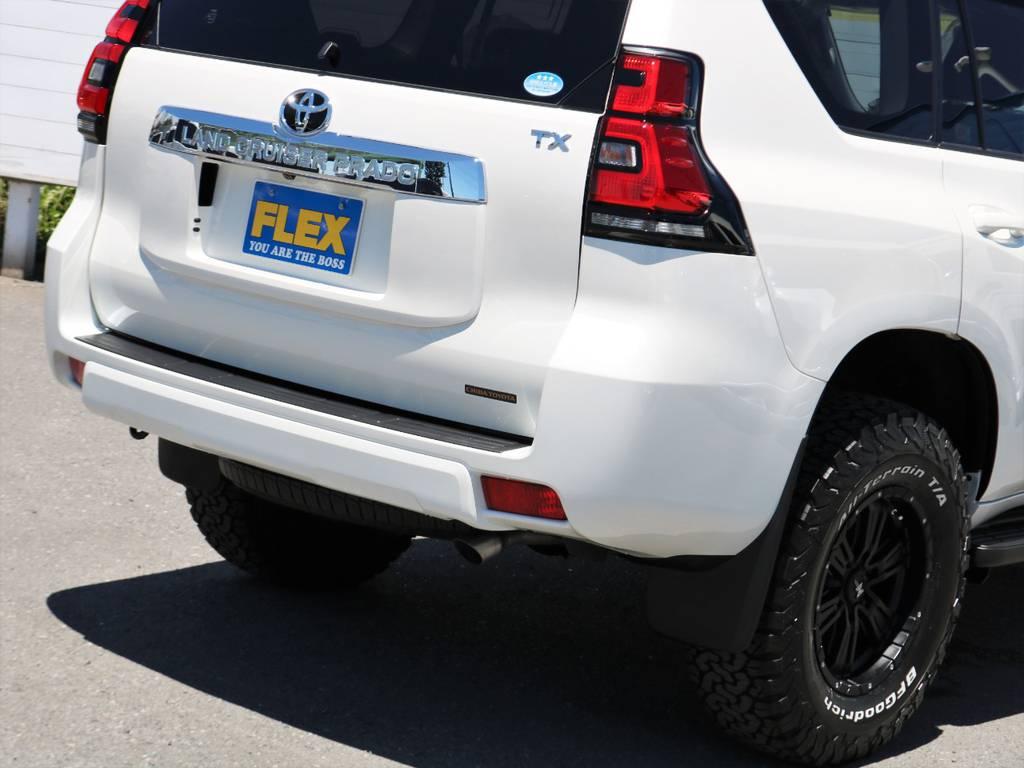 テールランプも色付きレンズに変わり、新型であることを主張しますね。寒冷地仕様車のためリヤフォグランプがバンパーに備わります! | トヨタ ランドクルーザープラド 2.7 TX Lパッケージ 4WD 5人乗り 本革内装サンルーフ付き