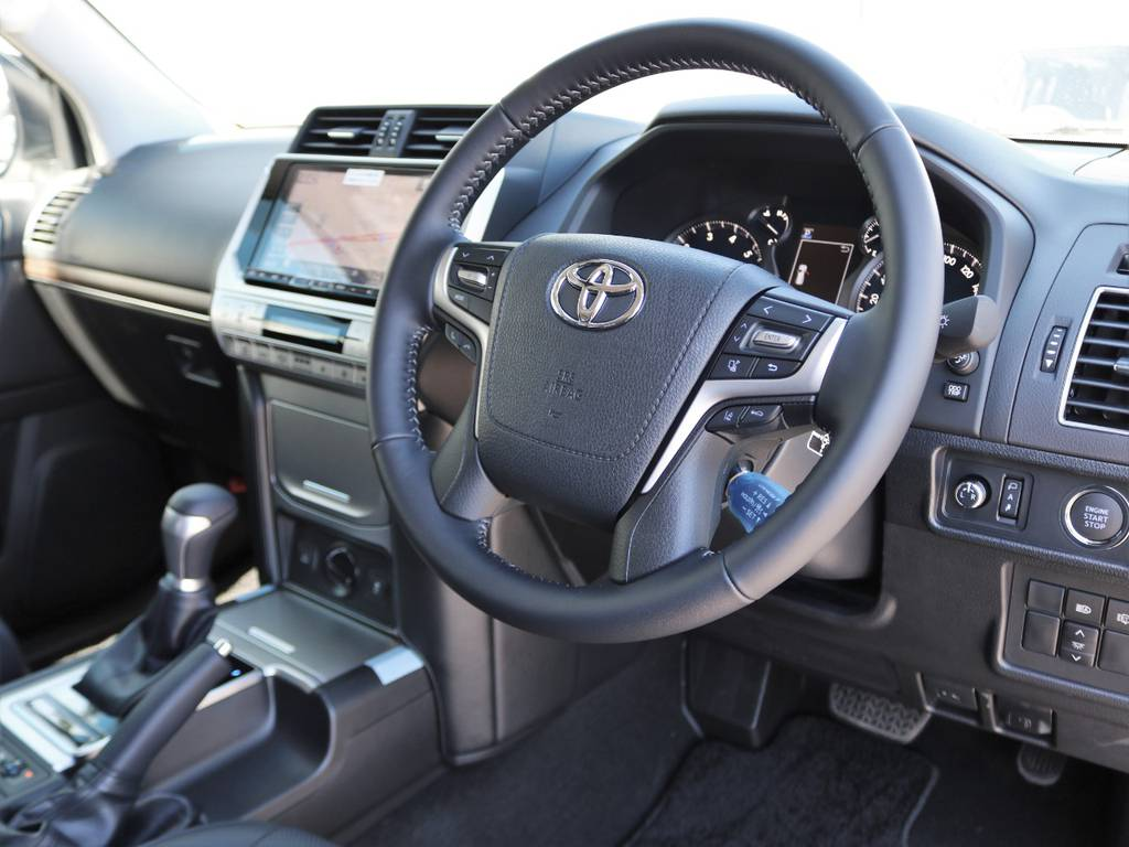 最近流行の、見た目の華やかさ重視でごちゃごちゃさせず、あくまで機能美にこだわり『欲しいところに欲しいスイッチがある』内装に仕立てあげられています。各種スイッチの押し心地など質感も向上しています! | トヨタ ランドクルーザープラド 2.7 TX Lパッケージ 4WD 5人乗り 本革内装サンルーフ付き