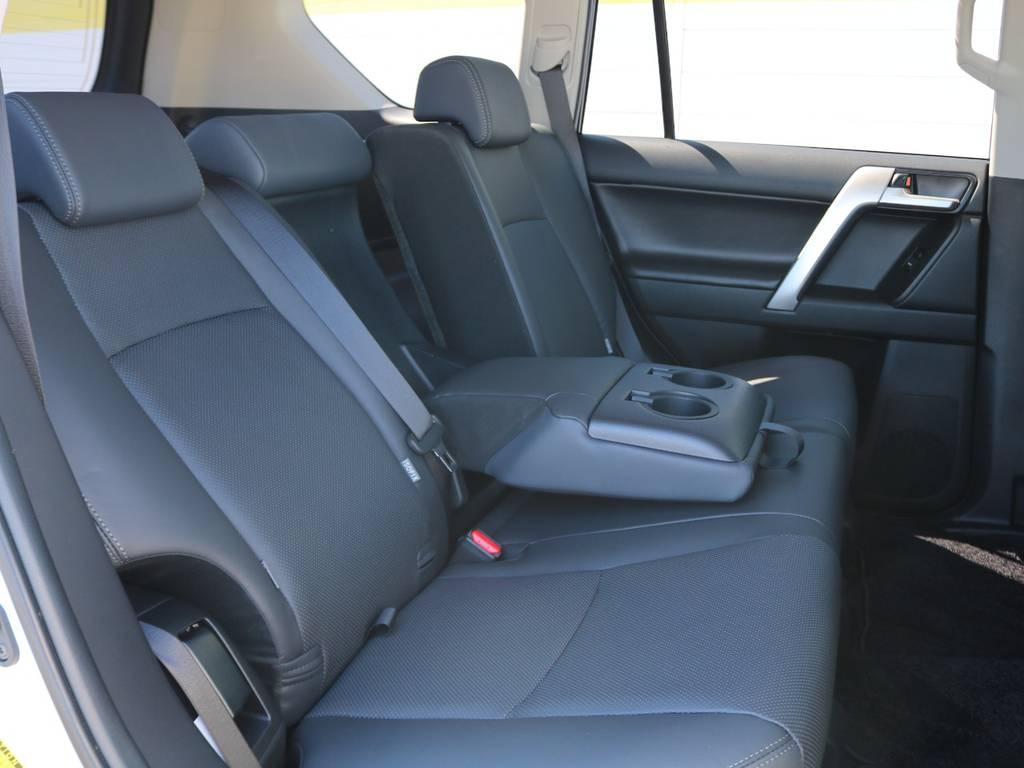 頭上、足元ともに広々とした空間の後席ももちろん本革シート!!分割リクライニングが可能で、中央にはアームレスト&カップホルダーも備わります★ | トヨタ ランドクルーザープラド 2.7 TX Lパッケージ 4WD 5人乗り 本革内装サンルーフ付き