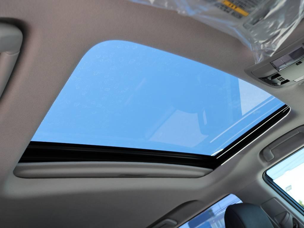 夏場の開放的なドライブはもちろん、冬場も冷たい風に当たらず車内の換気を可能にするサンルーフつき!リセールバリューも大きく左右するので、装着して損はありません! | トヨタ ランドクルーザープラド 2.7 TX Lパッケージ 4WD 5人乗り 本革内装サンルーフ付き
