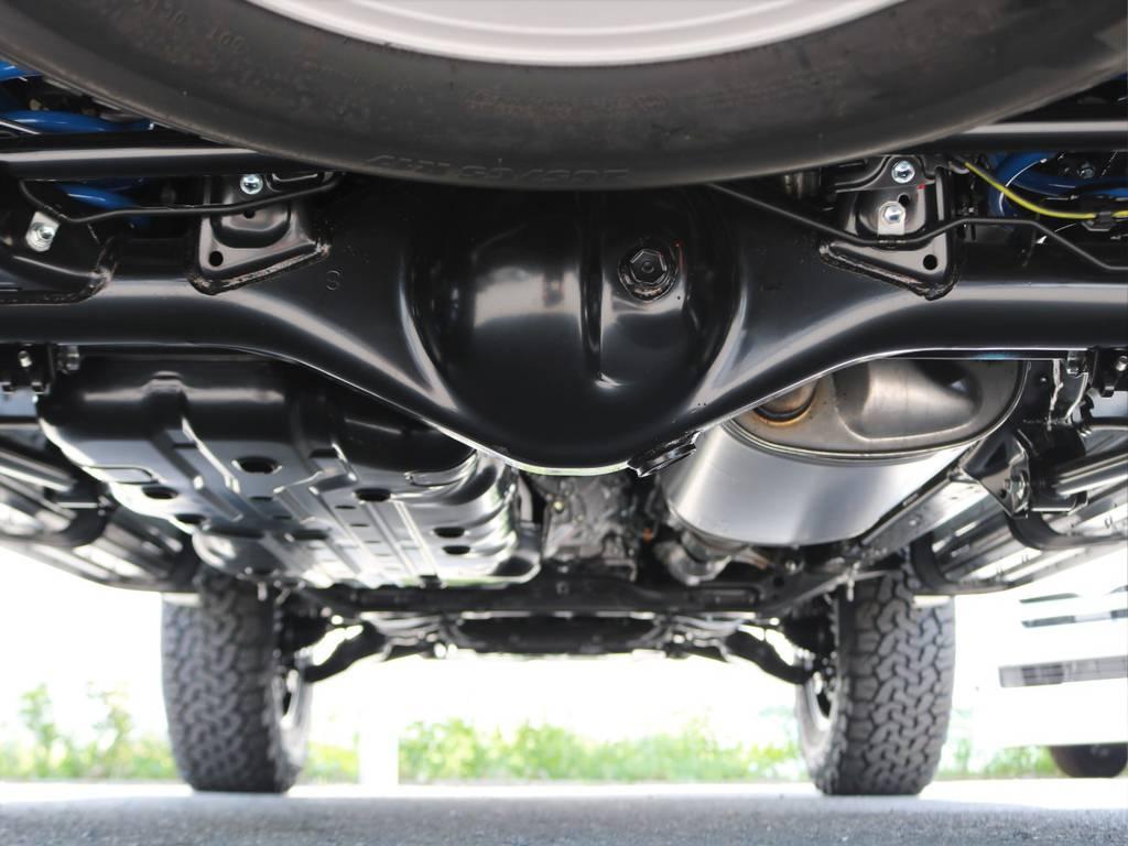 副変速機およびセンターデフロックを標準装備する本格四駆。街乗りやオフロードはもちろん、激しい雨の中や降雪地、キャンプ場などの未舗装路でも安定した頼もしい走りを提供します! | トヨタ ランドクルーザープラド 2.7 TX Lパッケージ 4WD 5人乗り 本革内装サンルーフ付き