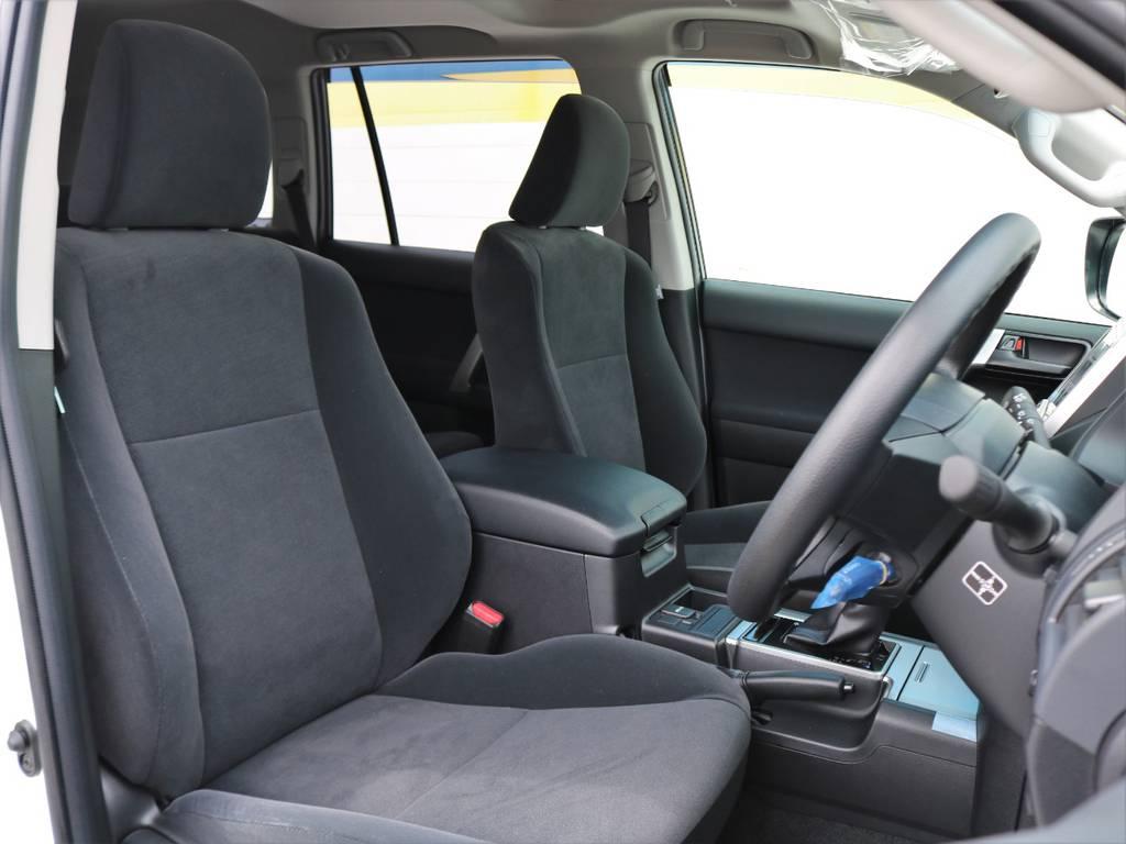 ほどよいサポート性のあるフロントシート。座り心地は本革シートをも凌ぐほどです!