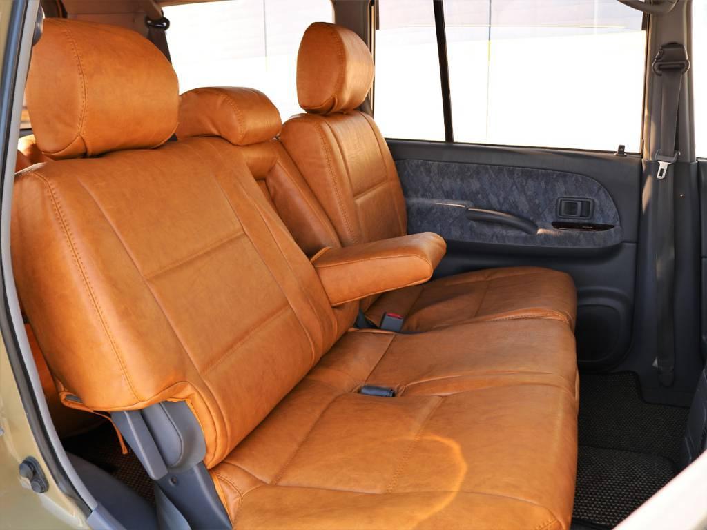 後席は左右分割してリクライニングが可能で、座席中央にはアームレストも備わります! | トヨタ ランドクルーザープラド 2.7 TX リミテッド 4WD