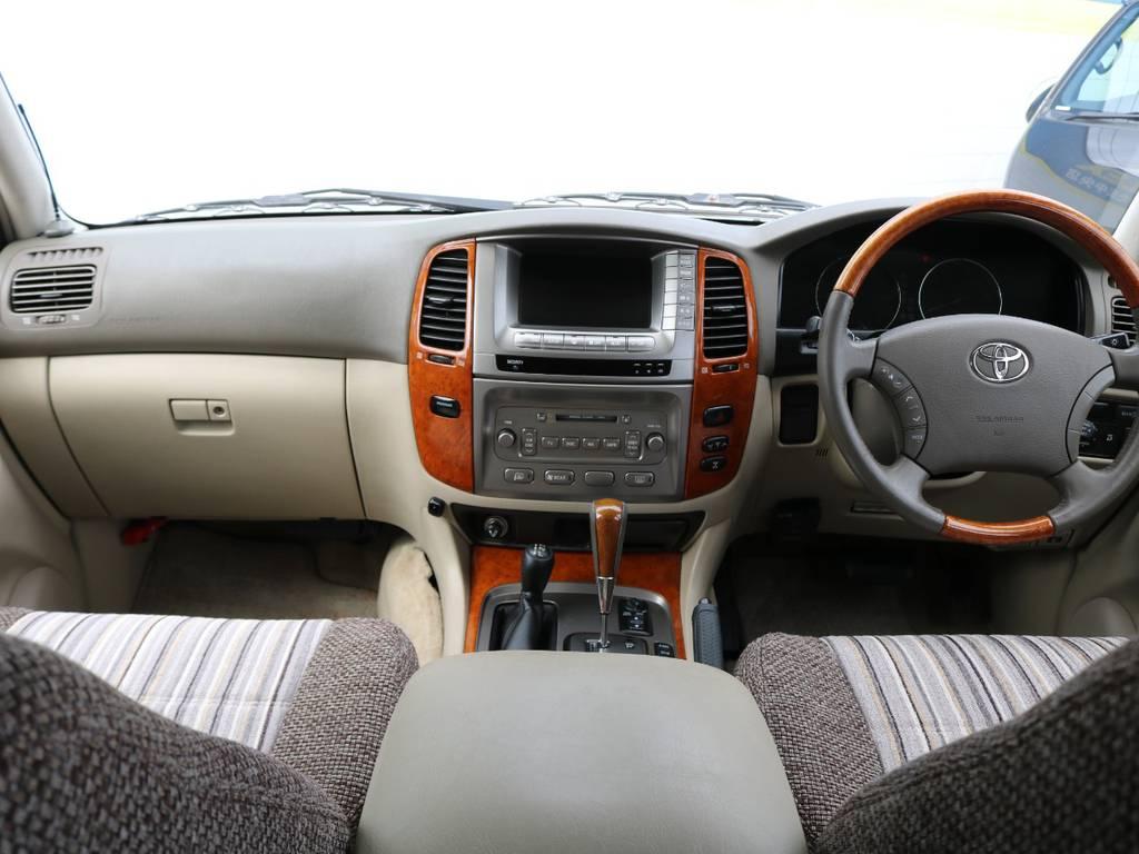 最上級グレードのGセレクションならでは、木目内装が美しいです◎シンプルな高級感は古さを感じさせませんね。高級車には高額オプションのマルチビジョンがやはり似合います!   トヨタ ランドクルーザー100 4.7 VXリミテッド Gセレクション 4WD