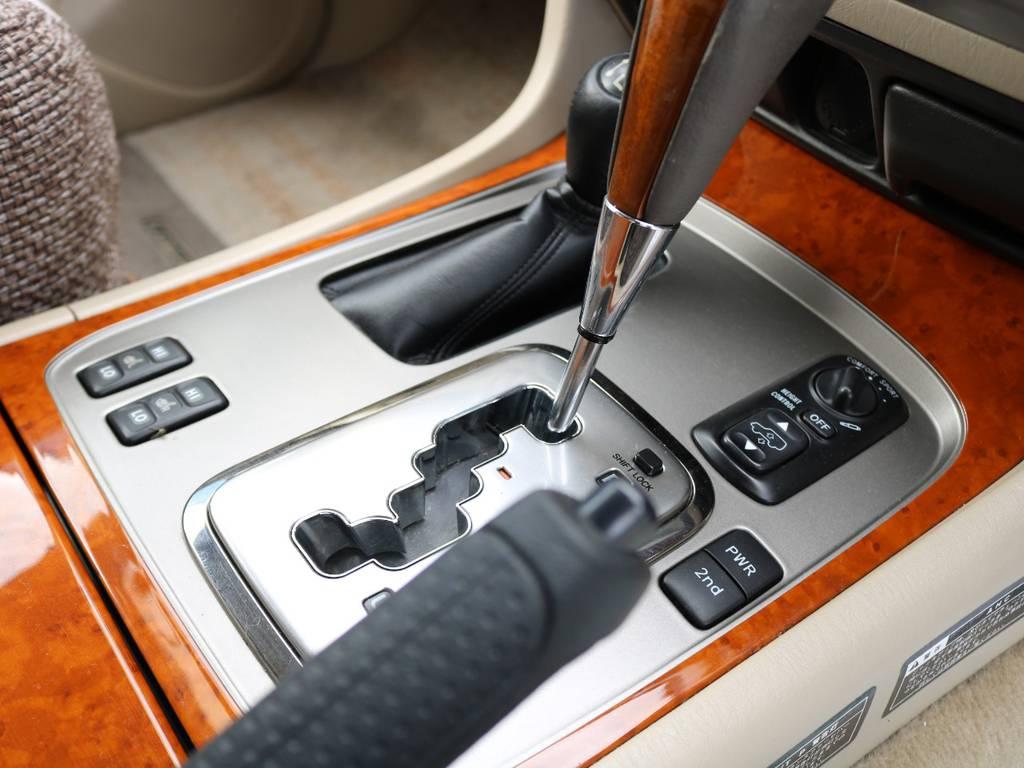シフトレバーも、内装同様木目調がオシャレかつ大人な雰囲気を感じれると思います♪   トヨタ ランドクルーザー100 4.7 VXリミテッド Gセレクション 4WD